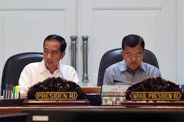 Presiden Joko Widodo (kiri) didampingi Wapres Jusuf Kalla memimpin rapat terbatas mengenai terorisme di Kantor Presiden, Jakarta, Selasa (22/5/2018). - ANTARA/Wahyu Putro A