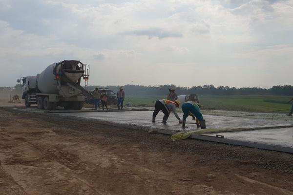 Sejumlah pekerjaan pengecoran dan konstruksi masih berlangsung di proyek jalan tol Batang--Semarang. - Irene Agustine