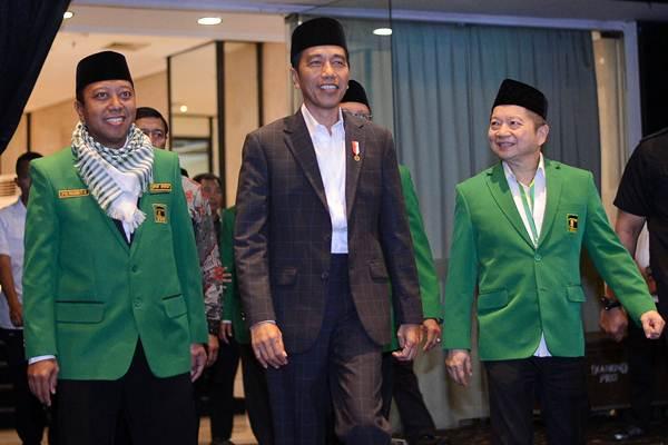 Presiden Joko Widodo (tengah) didampingi Ketua Umum DPP PPP Romahurmuziy (kiri) dan Ketua Majelis Pertimbangan PPP Suharso Monoarfa menghadiri penutupan Workshop Nasional Anggota DPRD PPP 2018 di Jakarta, Selasa (15/5). - ANTARA/Wahyu Putro A