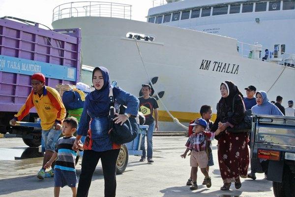 Ilustrasi: Calon TKI asal Sulsel dan Sulbar bersama anaknya tiba di Pelabuhan Tunon Taka Kabupaten Nunukan, Kalimantan Utara, Senin (6/3). - Antara/M Rusman