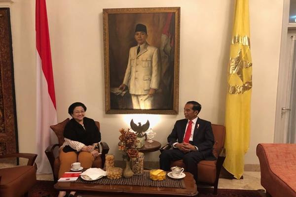 Ketua Umum PDIP Megawati Soekarmoputri dan Presiden Joko Widodo (Jokowi) bertemu di Istana Batu Tulis, Jawa Barat, Selasa (20/2/2018) malam. - Dok. PDIP