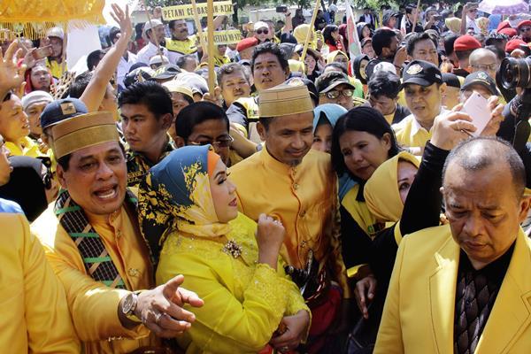 Pasangan bakal calon Gubernur-Wakil Gubernur Sulsel Nurdin Halid (kiri) dan Aziz Kahar Mudzakar (ketiga kiri) bersiap mendaftar sebagai Cagub-Cawagub Sulsel, di kantor KPU Sulsel, Makassar, Sulawesi Selatan, Senin (8/1). Pasangan Nurdin Halid-Aziz Kahar Mudzakar diusung lima partai yaitu Golkar, Nasdem, Hanura, PKB dan PKPI untuk maju sebagai Cagub-Cawagub Sulsel pada Pilkada Serentak 2018. - Antara