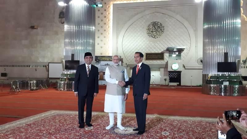 Presiden Jokowi dan PM Narendra Modi berjabat tangan di Mesjid Istiqlal - Bisnis/David Eka