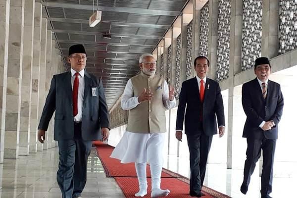Presiden Joko Widodo (kedua kanan) mengajak Perdana Menteri India Narendra Modi (kedua kiri) meninjau Masjid Istiqlal, di Jakarta, Rabu (30/05/2018). - JIBI/David Eka Issetiabudi