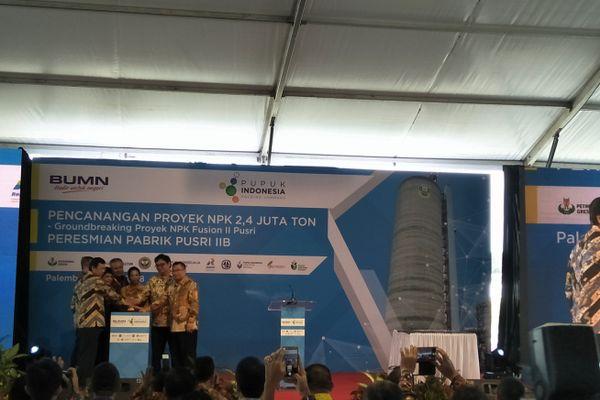 Menteri BUMN Rini Soemarno (tengah) bersama jajaran direksi PT Pupuk Sriwidjaja dalam groundbreaking pabrik NPF Fusion II Pusri di Palembang, Sumatra Selatan, Jumat (11/5). - Bisnis/Dinda Wulandari
