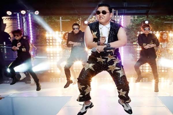 Penyanyi Korea Selatan Psy menyanyikan hitsnya