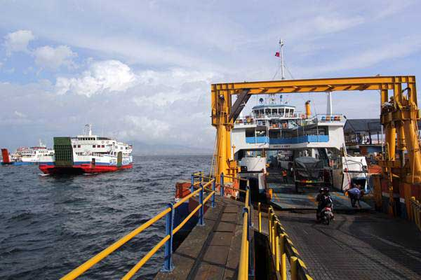 Aktivitas bongkar muat kendaraan di dermaga Pelabuhan Ketapang, Banyuwangi, Jawa Timur, Selasa (10/10). - ANTARA/Budi Candra Setya
