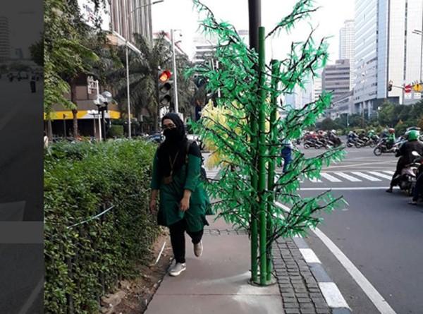 Pohon palsu atau imitasi di trotoar DKI Jakarta - Instagram koalisipejalankaki