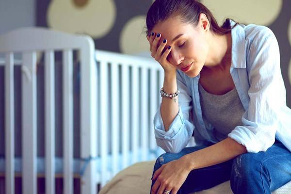 Ilustrasi seorang wanita depresi setelah melahirkan
