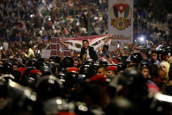 Para pengunjuk rasa menggelar aksi di Amman, Yordania, Minggu (3/6). - Reuters/Muhammad Hamed