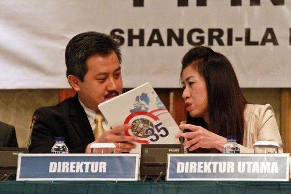 Direktur Utama PT Indospring Tbk. Ikawati Nurhadi (kanan) berbincang dengan Direktur David Setiawan. - Bisnis/Wahyu Darmawan