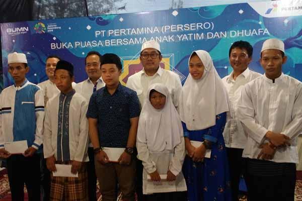 General Manager Pertamina MOR IV Yanuar Budi Hartanto (tengah berkacamata) berfoto bersama saat acara buka puasa bersama anak yatim dan duafa di Semarang, Senin (4/6/2018). - Istimewa