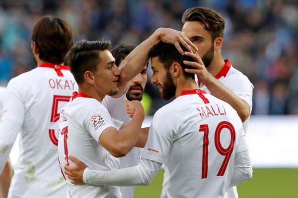 Para pemain Turki setelah menjebol gawang Rusia. - Reuters/Sergei Karpukhin