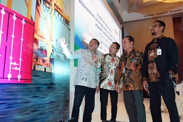 Direktur Utama PT Pelabuhan Indonesia IV Doso Agung (dari kiri ) berbincang dengan Direktur Muhammad Asyari , Direktur Yon Irawan, dan Direktur Farid Padang, seusai paparan publik dalam rangka penawaran umum obligasi I Pelindo IV Tahun 2018, di Jakarta, Jumat (25/5/2018). - JIBI/Dedi Gunawan
