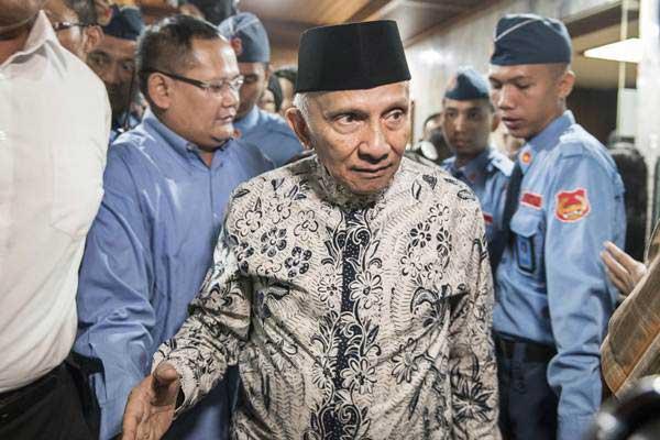 Mantan Ketua MPR Amien Rais berjalan keluar seusai mendatangi Pansus Angket KPK di Kompleks Parlemen, Senayan, Jakarta, Rabu (19/7). - ANTARA/M Agung Rajasa
