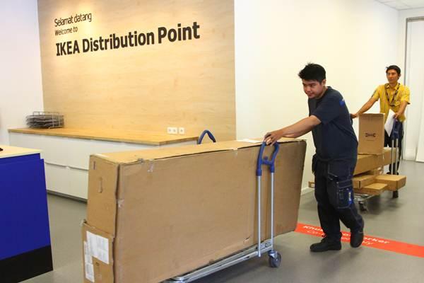 Aktivitas di IKEA Distribution Point, Surabaya, Selasa (10/10). - JIBI/Wahyu Darmawan