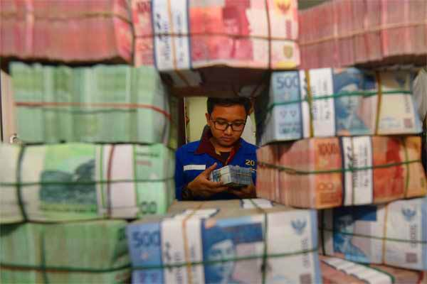Petugas memeriksa uang - Antara/Akbar Nugroho Gumay