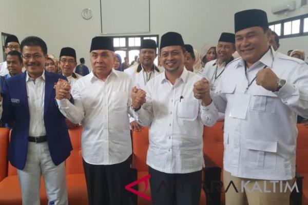 Isran Noor (dua kiri) dan Hadi Mulyadi (dua kanan) saat mendaftar sebagai peserta pilkada di kantor KPU Provinsi Kaltim di Samarinda, Senin (8/1/2018). - Antara