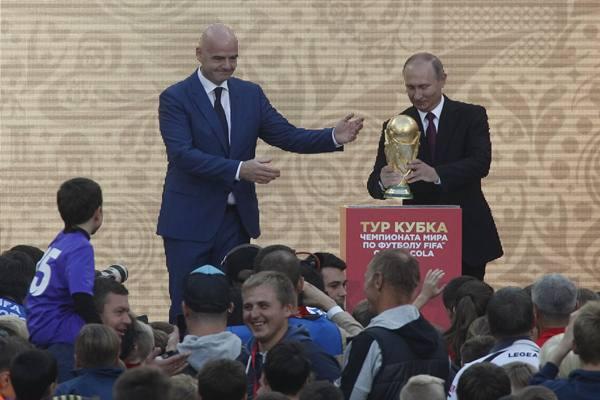 Presiden FIFA Gianni Infantino dan Presiden Rusia Vladimir Putin menghadiri upacara pembukaan Piala Dunia di Luzhniki Stadium, yang akan menjadi tuan rumah pertandingan Piala Dunia FIFA 2018, di Moskow, Rusia 9 September 2017. - Reuters