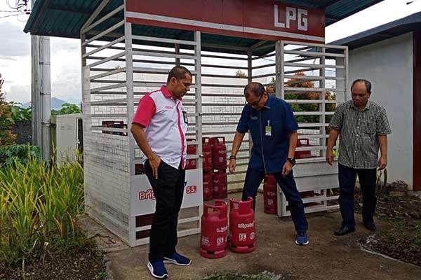 General Manager MOR VII PT Pertamina (Persero) Tengku Fernanda (tengah) dan Branch Manager Marketing Sulutenggo PT Pertamina (Persero) Daniel Alhabsy (kiri) tengah meninjau ketersediaan LPG nonsubsidi di salah satu SPBU di Sulut /Bisnis / Kurniawan A. Wicaksono