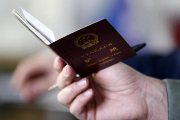 Ilustrasi: Paspor Imigran China - Reuters/Stefano Rellandini