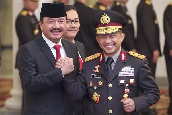 Kapolri Jenderal Pol. Tito Karnavian (kanan) memberikan ucapan selamat kepada Kepala Badan Intelijen Negara (BIN) Jenderal Pol. Budi Gunawan, seusai upacara pelantikan di Istana Negara, Jakarta, Jumat (9/9). - Antara/Widodo S. Jusuf