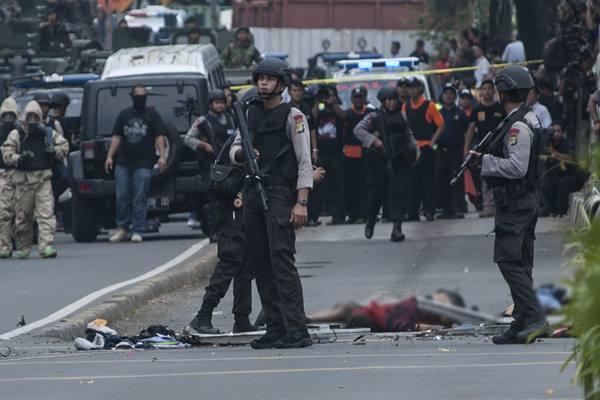 Polisi berjaga di dekat lokasi pengeboman di Pos Polisi jalan MH Thamrin, Jakarta, Kamis (14/1/2016). Sejumlah teroris melakukan penyerangan terhadap beberapa gedung dan pos polisi di kawasan tersebut yang mengakibatkan sejumlah korban tewas dan luka-luka. - Antara