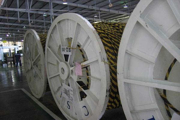 Gulungan kabel di sebuah pabrik kabel. - Bisnis/Setyardi Widodo
