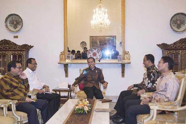 Presiden Joko Widodo (tengah) bertemu dengan Gubernur DKI Jakarta Anies Baswedan (kedua kanan) dan Wakil Gubernur Sandiaga Uno (kanan) didampingi Menteri Perhubungan Budi Karya Sumadi (kedua kiri) dan Seskab Pramono Anung, di Istana Merdeka, Jakarta, Rabu (25/10/2017). - ANTARA/Rosa Panggabean