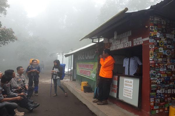 Pendaki turun dari Gunung Lawu melalui jalur pendakian Ceto pada Rabu (20 - 6).