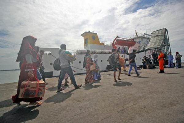 Sejumlah pemudik tujuan Masalembo, Kabupaten Sumenep, Jawa Timur, berjalan menuju kapal KM Sabuk Nusantara 56 di Pelabuhan Tanjung Perak, Surabaya, pada Kamis (21/6/2018). - Antara/Moch. Asim