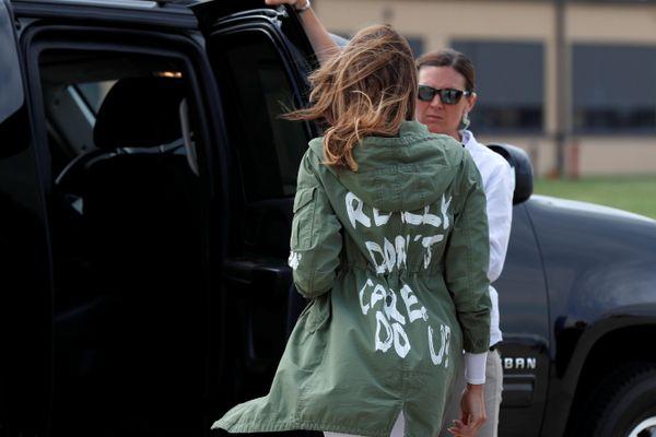 Ibu Negara AS Melania Trump terlihat mengenakan jaket hijau bertuliskan