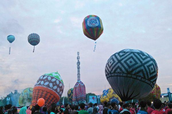 Sejumlah balon udara tanpa awak dilepaskan di Lapangan Kuripan Lor, Pekalongan dalam Java Balloon Festival, Jumat (22/6). Festival ini rencananya akan digelar rutin setiap tahun dan menjadi kalender wisata tahunan di Pekalongan. - Bisnis/Rivki Maulana