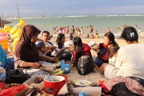 Masyarakat muslim di Bali merayakan lebaran ketupat di Pantai Sanur.