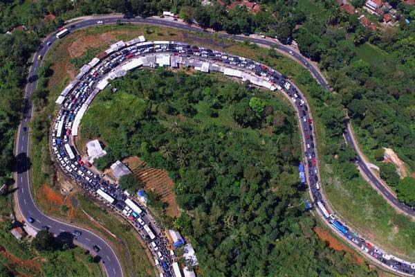 Foto udara antrean kendaraan pemudik memadati Jalur Selatan Lingkar Gentong, Kabupaten Tasikmalaya, Jawa Barat, Senin (18/6/2018). - ANTARA/Adeng Bustomi