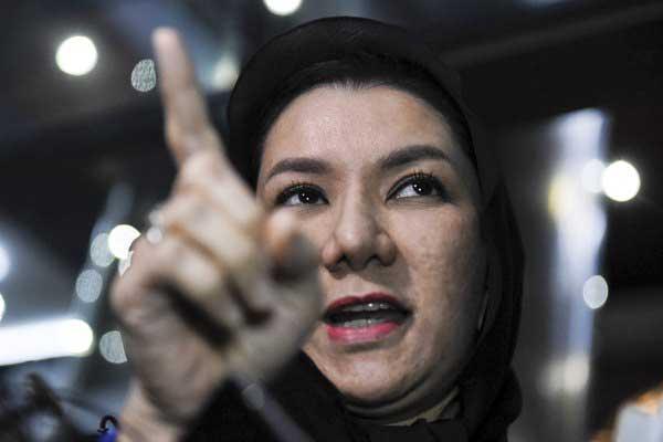 Bupati Kutai Kartanegara nonaktif Rita Widyasari seusai diperiksa di gedung KPK, Jakarta, Rabu (18/10). - ANTARA/Hafidz Mubarak A