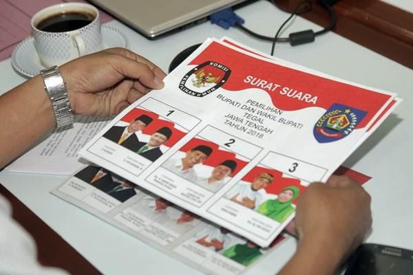 Contoh surat suara untuk Pilkada 2018 saat ditinjau oleh Komisi Pemilihan Umum Kabupaten Tegal di percetakan PT Aksara Grafika Pratama (AGP) di Jakarta, Senin (30/4/2018). - JIBI/Felix Jody Kinarwan