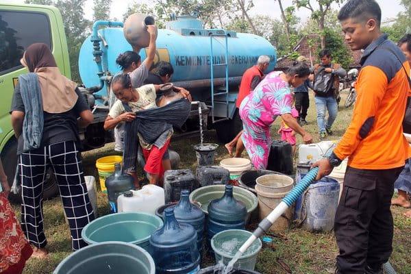 Belasan warga beramai-ramai mengambil air bersih dari truk tangki di Lapangan Kowang, Ngargotirto, Sumberlawang, Sragen, Senin (25/6/2018). - JIBI