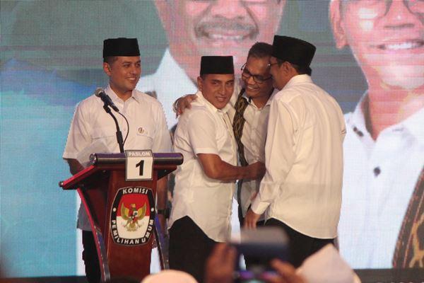 Pasangan cagub-wagub Sumut nomor urut satu Edy Rahmayadi (kedua kiri)-Musa Rajeckshah (kiri) dan cagub-wagub Sumut nomor urut dua Djarot Saiful Hidayat (kanan)-Sihar Sitorus (kedua kanan) bersalaman seusai penyampaian program pada Debat Publik Ketiga Pilgub Sumut, di Medan, Sumatra Utara, Selasa (19/6). - Antara