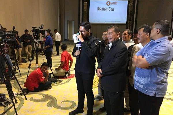 Calon Gubernur Jabar Deddy Mizwar saat diwawancarai media di Posko Pemenangan Deddy-Dedi di Intercontinental Dago, Bandung, Rabu (27/6/2018). (Wisnu Wage - Bisnis).