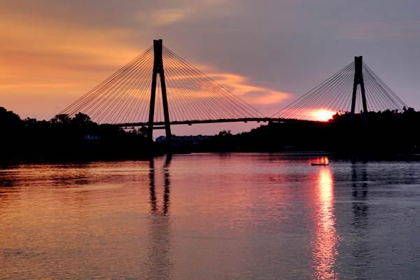 Nelayan tradisional melintasi kawasan Jembatan Barelang di kelurahan Tembesi, Kota Batam, Kepulauan Riau, Sabtu (28/4/2018). - ANTARA/Irwansyah Putra