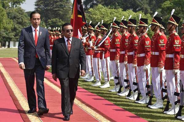 Presiden Joko Widodo (kiri) bersama Presiden Timor Leste Francisco Guterres Lu Olo (kedua kiri) memeriksa pasukan saat upacara penyambutan tamu negara di Istana Bogor, Jawa Barat, Kamis (28/6/2018). - ANTARA/Puspa Perwitasari