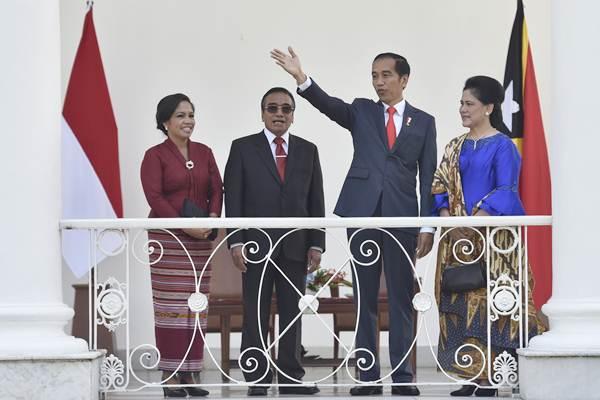 Presiden Joko Widodo (kedua kanan) didampingi Ibu Negara Iriana Joko WIdodo (kanan) berbincang dengan Presiden Timor Leste Francisco Guterres Lu Olo (kedua kiri) dan Ibu Negara Timor Leste Cidalia Lopes Nobre Mouzinho di beranda Istana Bogor, Jawa Barat, Kamis (28/6/2018). - ANTARA/Puspa Perwitasari