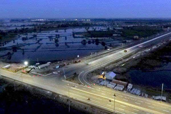 Foto arial proyek pembangunan jalan tol Sumatra ruas Palembang-Indralaya (Palindra) seksi I di Kecamatan Pemulutan, Ogan Ilir (OI), Sumatra Selatan, Rabu (14/6/2017). - Antara/Nova Wahyudi