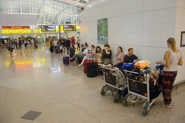 Sejumlah penumpang menunggu jadwal penerbangan di Terminal Internasional Bandara Ngurah Rai, Bali, Kamis (28/6/2018). Sebanyak 3.571 penumpang dari 26 maskapai penerbangan domestik dan internasional terpaksa batal terbang karena dampak erupsi Gunung Agung yang terjadi pada Kamis (28/6). - Antara/Wira Suryantala