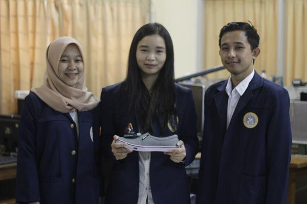 Tiga mahasiswa Teknik Biomedis Universitas Airlangga yang menciptakan sepatu SWAN (Shoes for Walking), sepatu untuk analisis siklus berjalan - Dok PKM Unair