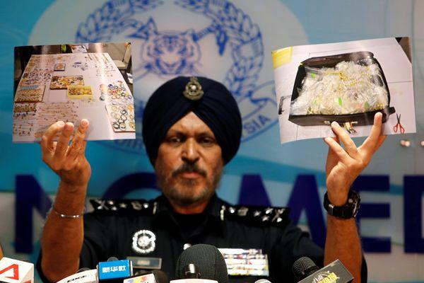 Kepala Polisi Malaysia Bagian Kejahatan Niaga Amar Singh menunjukkan foto barang-barang yang disita dari properti yang terkait dengan mantan Perdana Menteri (PM) Malaysia Najib Razak dalam konferensi pers di Kuala Lumpur, Malaysia, Rabu (27/6). - Reuters/Lai Seng Sin