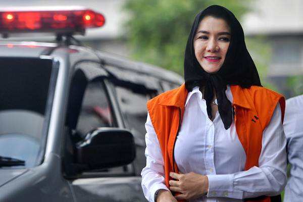 Bupati nonaktif Kutai Kartanegara (Kukar) Rita Widyasari tiba untuk menjalani pemeriksaan di kantor KPK, Jakarta, Kamis (1/2). - ANTARA/Sigid Kurniawan