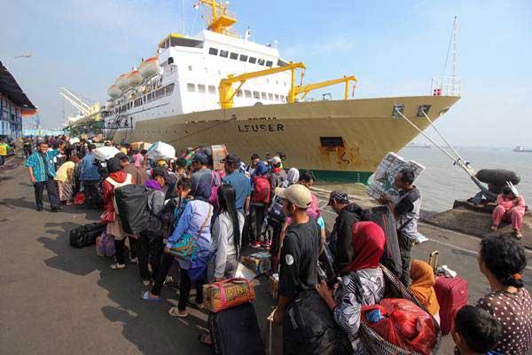 Penumpang antre masuk kapal KM Leuser tujuan Sampit, di Dermaga Jamrud Utara, Pelabuhan Tanjung Perak Surabaya, Jawa Timur, Jumat (22/6/2018). - ANTARA/Didik Suhartono