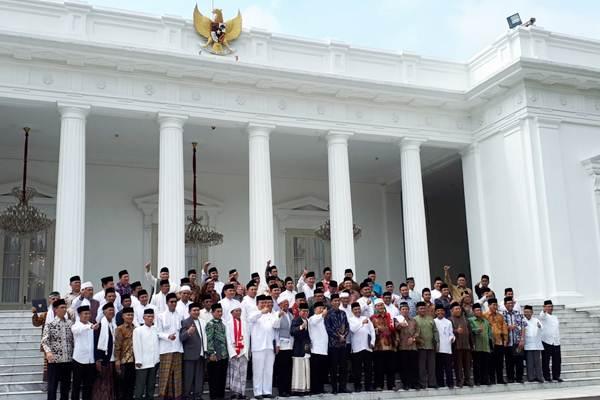 Rombongan perwakilan ulama dari Provinsi Jawa Barat berfoto dengan Presiden Joko Widodo (bawah, tengah) di Istana Merdeka, Jakarta, Selasa (3/4/2018). - JIBI/Amanda Kusumawardhani